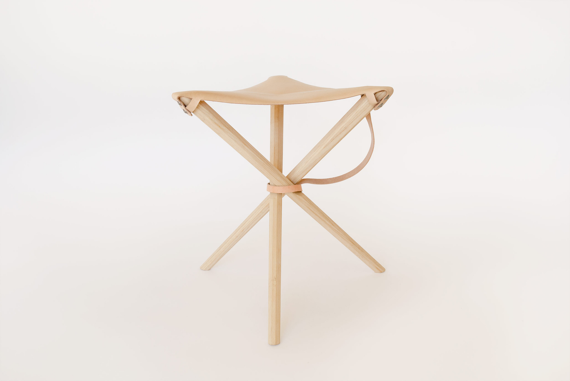 Coyote Stool in Veg Tan with Leash